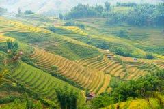 La hermosa vista de montañas contiene campos colgantes Foto de archivo libre de regalías