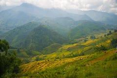 La hermosa vista de montañas contiene campos colgantes Fotografía de archivo libre de regalías