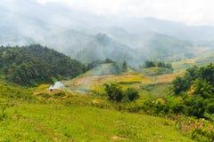 La hermosa vista de montañas contiene campos colgantes Fotografía de archivo