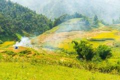 La hermosa vista de montañas contiene campos colgantes Fotos de archivo libres de regalías