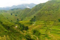La hermosa vista de montañas contiene campos colgantes Imagenes de archivo