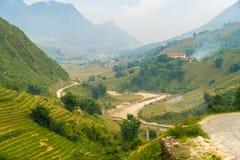 La hermosa vista de montañas contiene campos colgantes Imagen de archivo libre de regalías