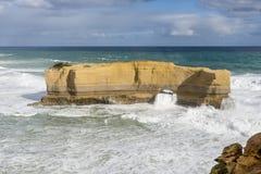 La hermosa vista de la roca grande llamó a los panaderos horno en un día soleado ventoso, gran camino del océano, Australia foto de archivo