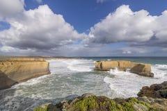 La hermosa vista de la roca grande llamó a los panaderos horno en un día soleado ventoso, gran camino del océano, Australia fotografía de archivo libre de regalías
