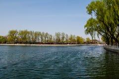 La hermosa vista de Shichahai bajo tiempo agradable Imagenes de archivo