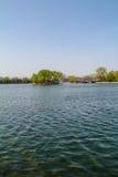 La hermosa vista de Shichahai bajo tiempo agradable Foto de archivo