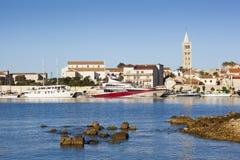 La hermosa vista en la ciudad y ella de Rab es puerto foto de archivo libre de regalías