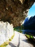 La hermosa vista en un paso que camina alrededor de Gosau considera en Austria fotografía de archivo libre de regalías