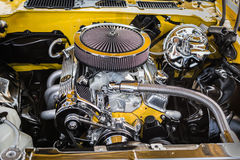 La hermosa vista magnífica del coche retro clásico del vintage detalló el motor y piezas Imagen de archivo libre de regalías