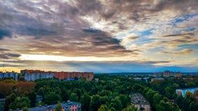 La hermosa vista sobre las casas, edificios de los árboles del tejado parquea Un cielo azul sobre ciudad Fotos de archivo libres de regalías