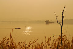La hermosa vista sombrea salida del sol de cola larga ligera del barco Foto de archivo libre de regalías