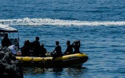 LA HERRADURA,西班牙- 2018漂浮o的6月14日A小组潜水者 免版税图库摄影