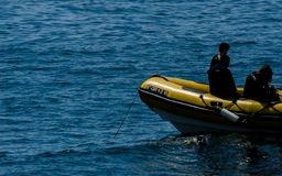 LA HERRADURA,西班牙- 2018漂浮o的6月14日A小组潜水者 免版税库存照片