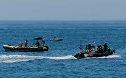 LA HERRADURA,西班牙- 2018漂浮o的6月14日A小组潜水者 免版税库存图片