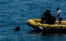 LA HERRADURA,西班牙- 2018漂浮o的6月14日A小组潜水者 库存照片
