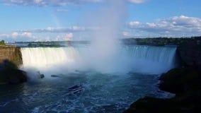 La herradura cae con el barco turístico, Niagara Falls, Ontario, Canadá almacen de video