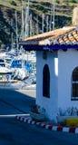 LA HERRADURA, ESPANHA - 26 de maio de 2018 barcos luxuosos e apartamentos imagens de stock