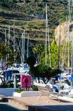 LA HERRADURA, ESPANHA - 26 de maio de 2018 barcos luxuosos e apartamentos imagens de stock royalty free