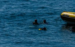 LA HERRADURA, SPAGNA - 14 giugno 2018 gruppo di A degli operatori subacquei che fanno galleggiare o fotografia stock