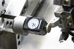 La herramienta de disposición del operador y la herramienta de regulación ponen a cero la posición del turnin del CNC Fotografía de archivo
