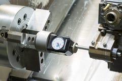 La herramienta de disposición del operador y la herramienta de regulación ponen a cero la posición del turnin del CNC Foto de archivo libre de regalías