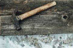 La herramienta en la madera Imagenes de archivo