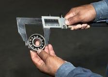 La herramienta en manos se cierra para arriba Imagen de archivo
