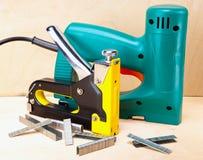 La herramienta - grapadoras eléctricas y mecánico manual. Aún-vida Fotografía de archivo libre de regalías