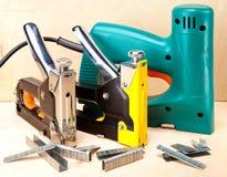 La herramienta - grapadoras eléctricas y mecánico manual - para el trabajo de la reparación en la casa y sobre los muebles, y los  Fotos de archivo libres de regalías