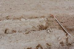 La herramienta o el rastrillo vieja del weeding abandonó la mentira en jardín en suelo película Fotografía de archivo