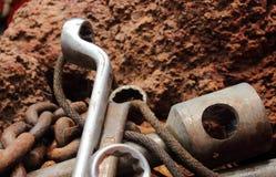 La herramienta oxidada coloca en la roca, aún vida Imagen de archivo libre de regalías