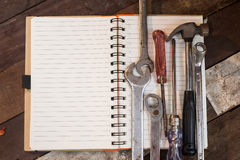 La herramienta y el cuaderno de la visión superior como copia espacian el taller Imagen de archivo