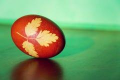 la hierba Brown-roja de Pascua adornó el huevo coloreado con la infusión de la cebolla Foto de archivo libre de regalías