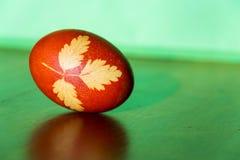 la hierba Brown-roja de Pascua adornó el huevo coloreado con la infusión de la cebolla Fotos de archivo libres de regalías