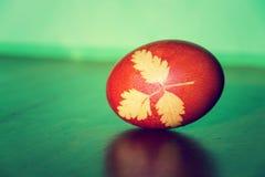 la hierba Brown-roja de Pascua adornó el huevo coloreado con la infusión de la cebolla Fotos de archivo
