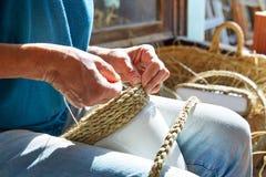 La hierba de esparto del halfah hace las manos del artesano a mano Imagen de archivo libre de regalías
