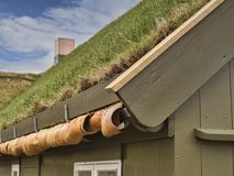 La hierba tradicional cubrió el edificio en Torshavn, Faroe Island foto de archivo