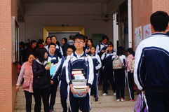 La High School ha cominciato alla vacanza dell'inverno, gli studenti dall'aula, lasciante la città universitaria Fotografia Stock