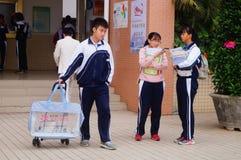 La High School secundaria comenzó a las vacaciones del invierno, los estudiantes fuera de la sala de clase, saliendo del campus Fotografía de archivo libre de regalías