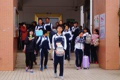 La High School secundaria comenzó a las vacaciones del invierno, los estudiantes fuera de la sala de clase, saliendo del campus Fotografía de archivo