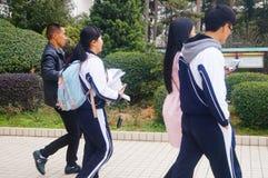 La High School secundaria comenzó a las vacaciones del invierno, los estudiantes fuera de la sala de clase, saliendo del campus Imagen de archivo