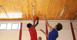 La High School secundaria embroma alrededor para comenzar a jugar a baloncesto metrajes