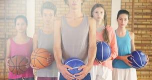 La High School secundaria embroma con el baloncesto que se une en cancha de básquet almacen de metraje de vídeo