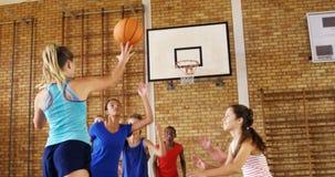 La High School secundaria embroma jugar a baloncesto en la corte almacen de video
