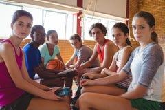 La High School secundaria embroma la relajación en cancha de básquet Foto de archivo libre de regalías