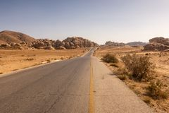 La Highway di re, da Amman a PETRA e ad Aqaba, passanti in poca Petra Jordan immagine stock libera da diritti