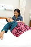 La hija acompaña a la vieja madre enferma Foto de archivo