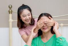 La hija adolescente cierra ojos a su mamá Imagenes de archivo
