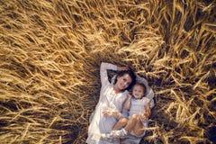 La hija con la madre Fotos de archivo libres de regalías