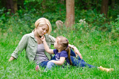 La hija da a su madre un olor de la flor Imagen de archivo libre de regalías